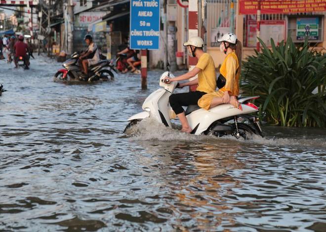 Triều cường dâng cao, đường phố Sài Gòn ngập sâu chiều cuối tuần - Ảnh 10.