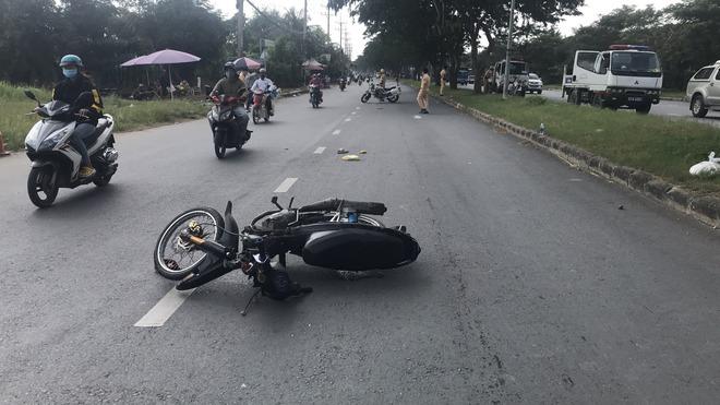 2 thiếu niên 17 tuổi lái ô tô lao vào tổ CSGT ở Sài Gòn khiến một chiến sĩ bị thương bị khởi tố, bắt giam - Ảnh 1.