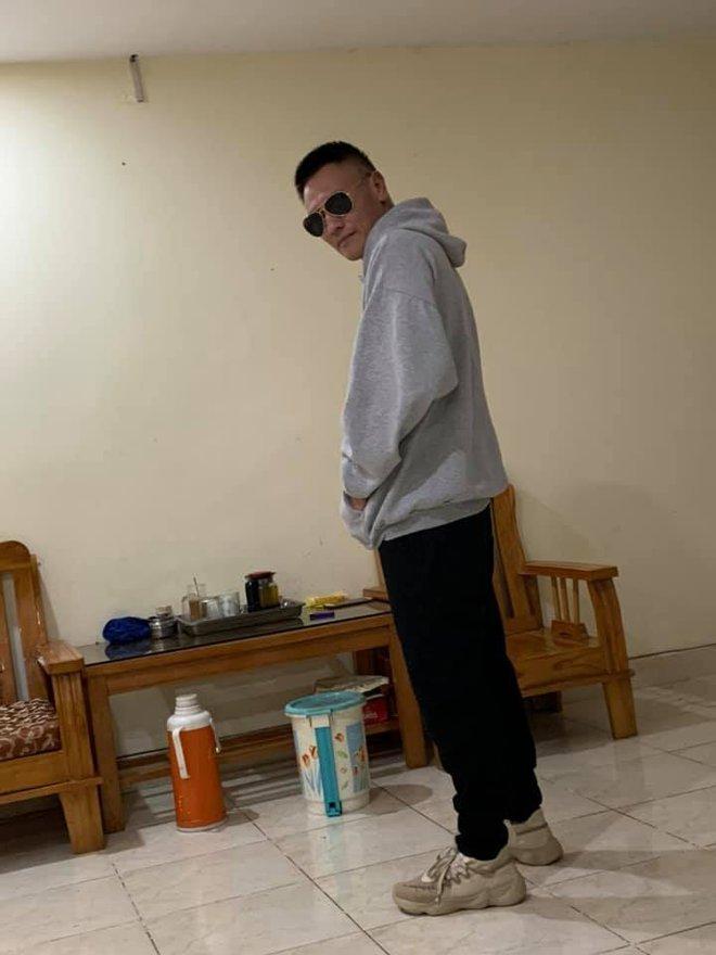 Mặc ké quần áo của con trai, ông bố toát lên thần thái lấn át tất cả, dân mạng bất ngờ gọi tên HLV Rap Việt - Ảnh 3.