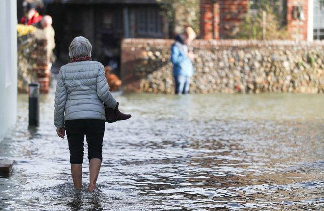 24h qua ảnh: Người đàn ông chở lợn trên đường phố ngập lụt - Ảnh 9.