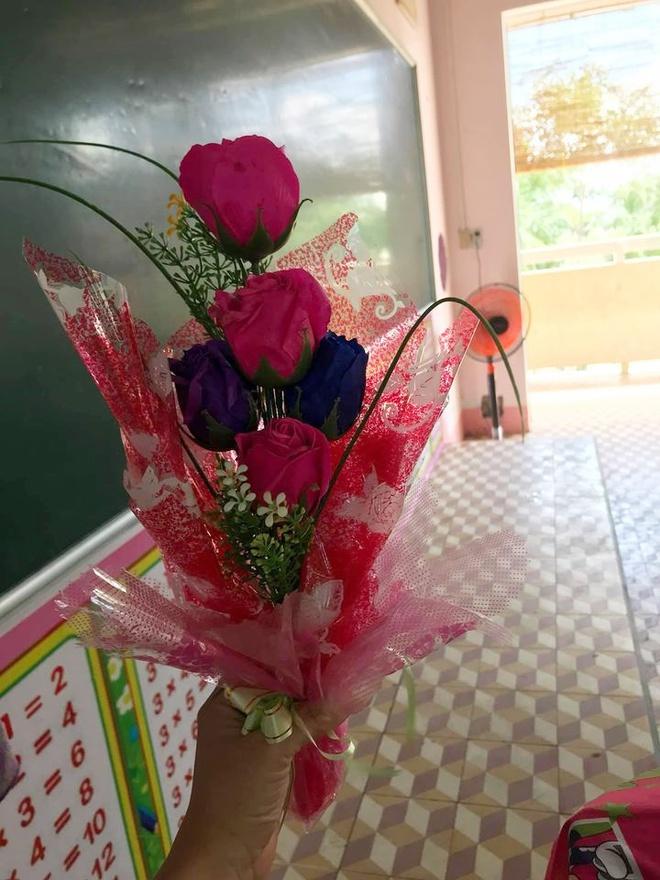 Nhận bó hoa xa xỉ, cô giáo trẻ bất ngờ vì đó là quà của học sinh chỉ có một chiếc quần xanh đi học - Ảnh 1.