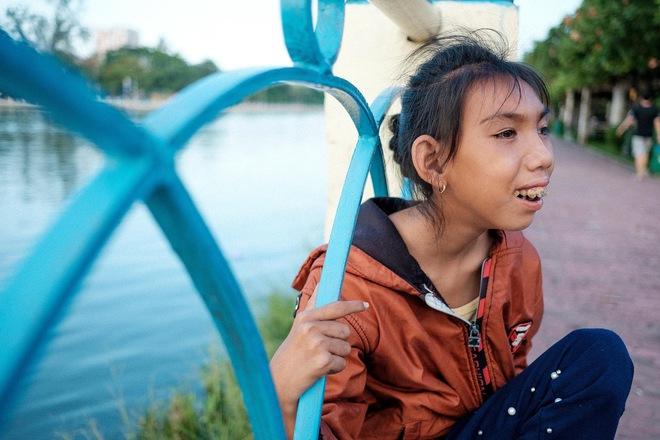 Cô bé khờ theo cha đi nhặt ve chai: Bức ảnh đầu tiên trong đời khiến bao người xúc động - Ảnh 2.