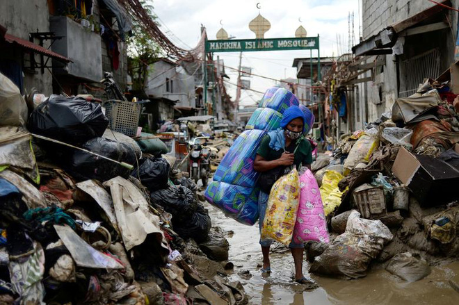 24h qua ảnh: Dân Philippines xếp hàng nhận cứu trợ trong nước lũ - Ảnh 7.