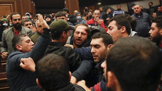 Armenia hỗn loạn sau khi ký hiệp định ngừng bắn: dân chúng tự đốt nhà bỏ đi, Ngoại trưởng từ chức... - Ảnh 6.