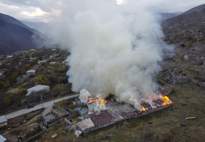 Armenia hỗn loạn sau khi ký hiệp định ngừng bắn: dân chúng tự đốt nhà bỏ đi, Ngoại trưởng từ chức... - Ảnh 9.
