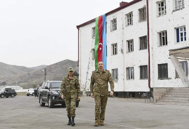 South Front: Thị sát biên giới, Tổng thống Azerbaijan lọt tầm ngắm lính bắn tỉa - Mỹ rình rập phát động chiến tranh, Iran ra tuyên bố nóng - Ảnh 2.