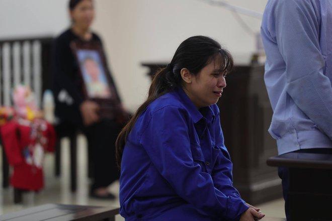Vụ mẹ đẻ, cha dượng bạo hành bé gái 3 tuổi tử vong: 2 bị cáo tố bà ngoại đánh, đụng vào vùng nhạy cảm của cháu - Ảnh 5.
