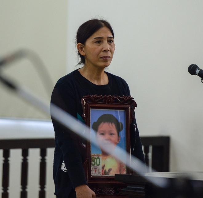 Vụ mẹ đẻ, cha dượng bạo hành bé gái 3 tuổi tử vong: 2 bị cáo tố bà ngoại đánh, đụng vào vùng nhạy cảm của cháu - Ảnh 2.