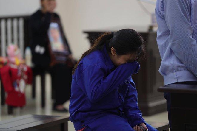 Vụ mẹ đẻ, cha dượng bạo hành bé gái 3 tuổi tử vong: 2 bị cáo tố bà ngoại đánh, đụng vào vùng nhạy cảm của cháu - Ảnh 1.