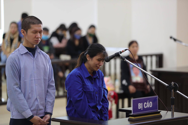 Vụ mẹ đẻ, cha dượng bạo hành bé gái 3 tuổi tử vong: 2 bị cáo tố bà ngoại đánh, đụng vào vùng nhạy cảm của cháu - Ảnh 3.