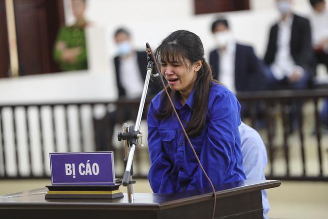 Vụ bạo hành con gái 3 tuổi tử vong: Chồng lĩnh án tử, nữ bị cáo quỳ ôm chân xin mẹ viết đơn giảm án - Ảnh 11.
