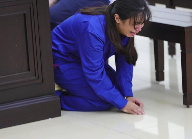Vụ bạo hành con gái 3 tuổi tử vong: Chồng lĩnh án tử, nữ bị cáo quỳ ôm chân xin mẹ viết đơn giảm án - Ảnh 15.