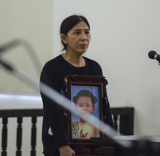 Lời khai của mẹ đẻ kể về việc chồng bạo hành con gái 3 tuổi tử vong - Ảnh 4.