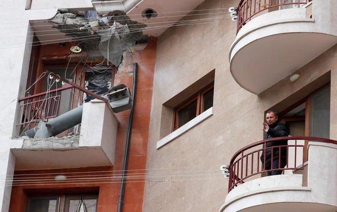24h qua ảnh: Người dân đứng cạnh tên lửa chưa nổ trên ban công - Ảnh 2.