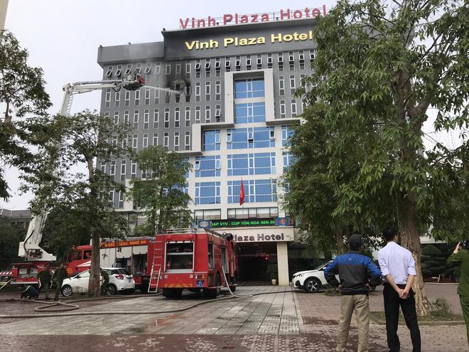Cận cảnh bên trong khách sạn 4 sao vừa xảy ra hỏa hoạn, một phòng bị thiêu rụi hoàn toàn - Ảnh 3.