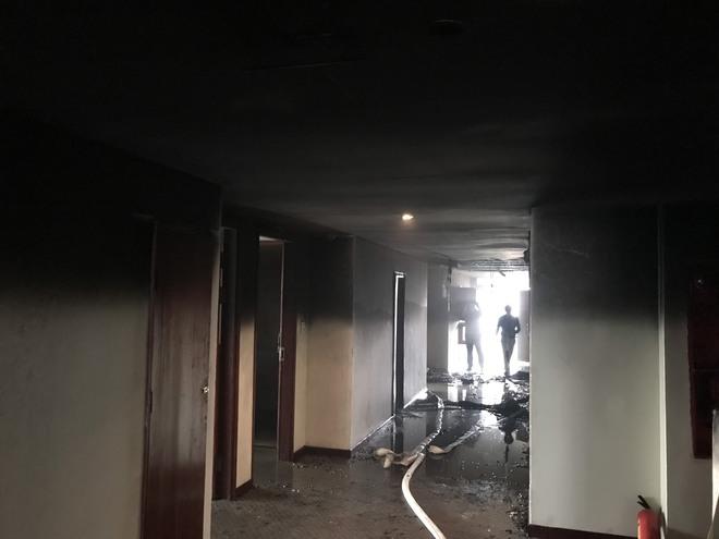 Cận cảnh bên trong khách sạn 4 sao vừa xảy ra hỏa hoạn, một phòng bị thiêu rụi hoàn toàn - Ảnh 7.