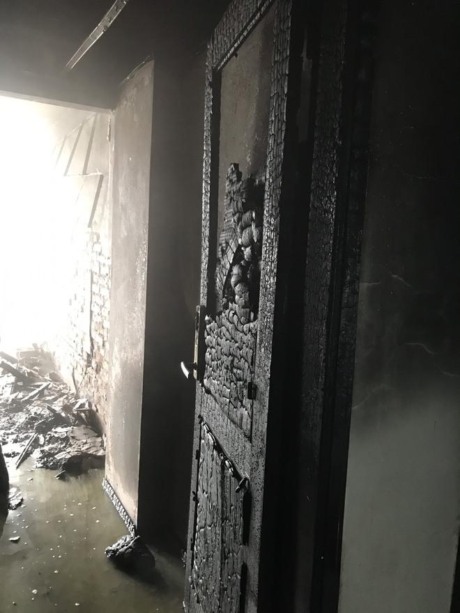 Cận cảnh bên trong khách sạn 4 sao vừa xảy ra hỏa hoạn, một phòng bị thiêu rụi hoàn toàn - Ảnh 6.