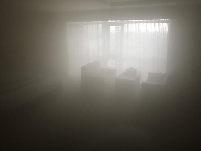 Cận cảnh bên trong khách sạn 4 sao vừa xảy ra hỏa hoạn, một phòng bị thiêu rụi hoàn toàn - Ảnh 5.