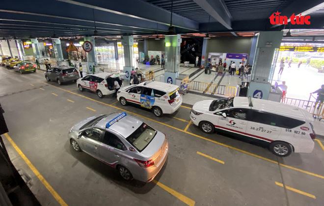 Cảng hàng không Quốc tế Tân Sơn Nhất phản hồi về việc thu phí taxi công nghệ - Ảnh 1.