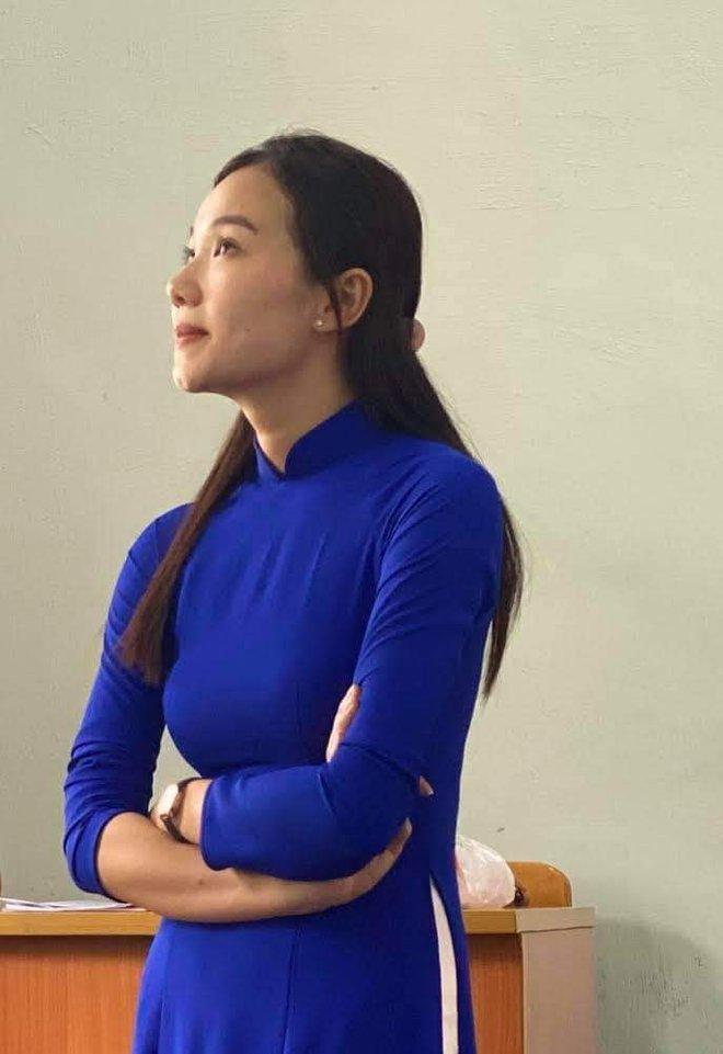 Bị chụp lén khi đang say sưa giảng bài, cô giáo trẻ khiến dân mạng ngẩn ngơ vì quá đỗi xinh đẹp - Ảnh 2.