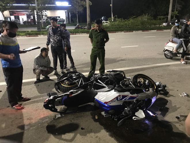 Xe phân khối lớn chạy tốc độ kinh hoàng đâm vào xe máy khiến 3 người thương vong