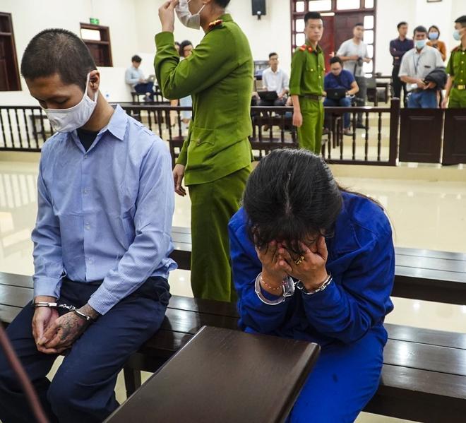 Vụ mẹ đẻ, bố dượng bạo hành bé gái 3 tuổi: Mẹ già sốc khi nghe HĐXX tuyên con gái tù chung thân - Ảnh 2.