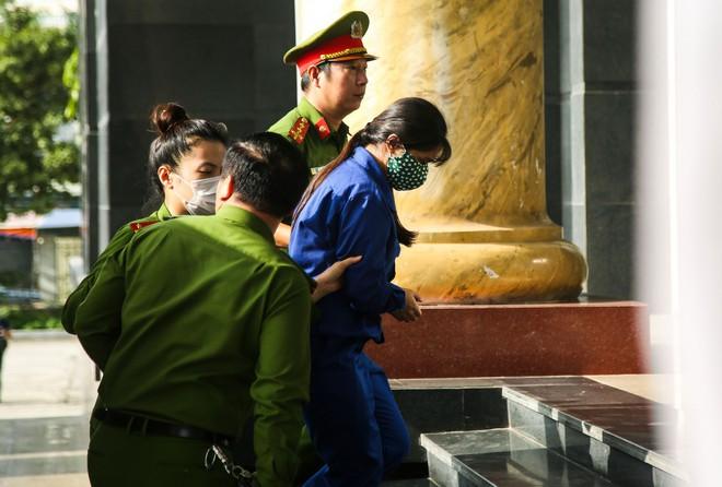 Vụ bạo hành con gái 3 tuổi tử vong: Chồng lĩnh án tử, nữ bị cáo quỳ ôm chân xin mẹ viết đơn giảm án - Ảnh 9.