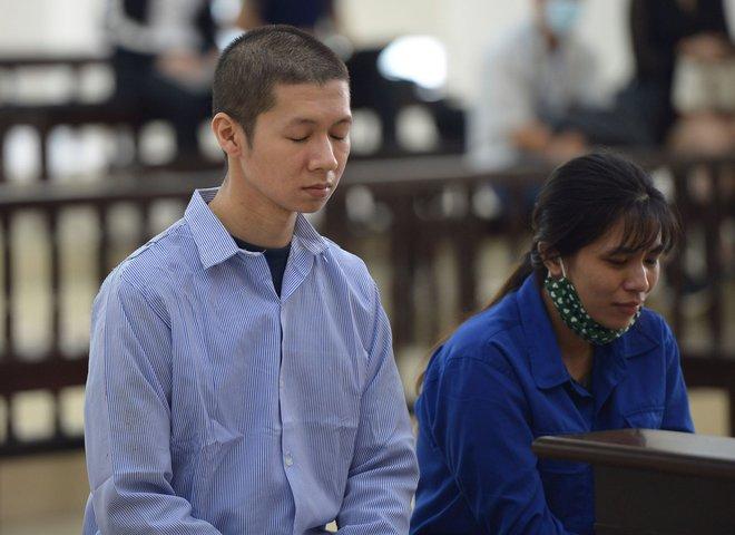 Vụ bạo hành con gái 3 tuổi tử vong: Chồng lĩnh án tử, nữ bị cáo quỳ ôm chân xin mẹ viết đơn giảm án - Ảnh 5.