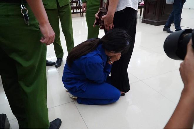 Vụ bạo hành con gái 3 tuổi tử vong: Chồng lĩnh án tử, nữ bị cáo quỳ ôm chân xin mẹ viết đơn giảm án - Ảnh 1.