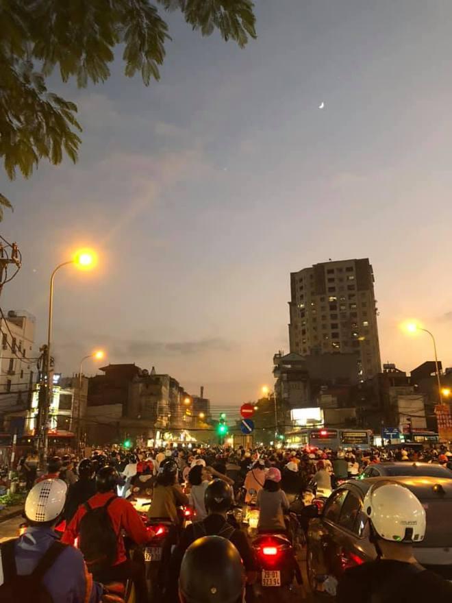 Người dân chôn chân cả tiếng trên phố Hà Nội: Buổi tối thứ 5 kinh hoàng, chật vật về nhà - Ảnh 11.