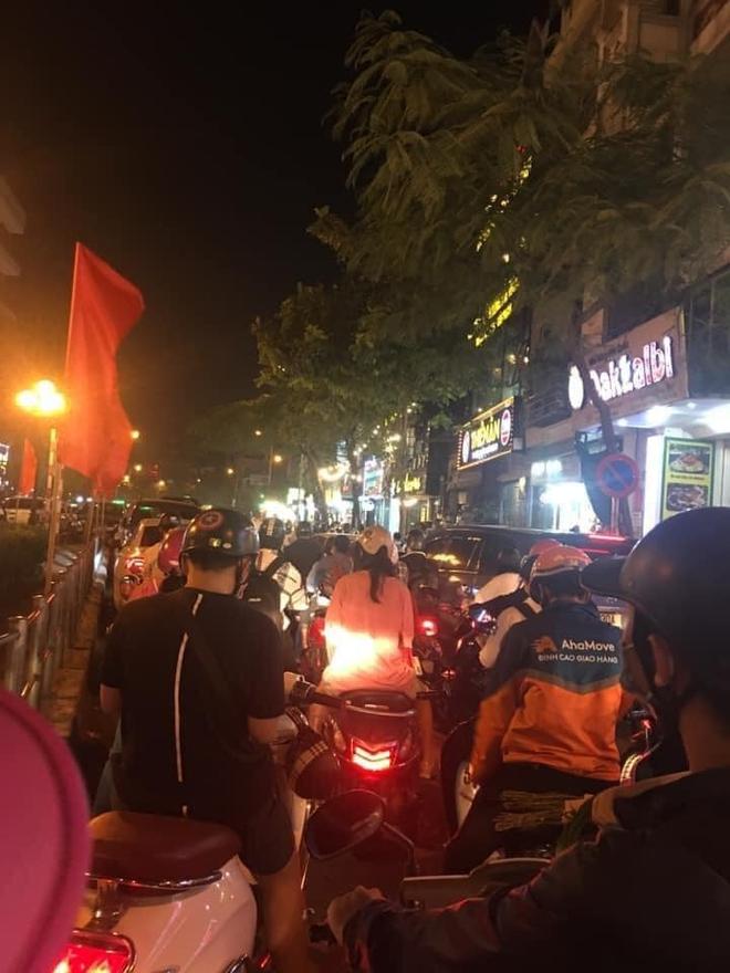 Người dân chôn chân cả tiếng trên phố Hà Nội: Buổi tối thứ 5 kinh hoàng, chật vật về nhà - Ảnh 2.