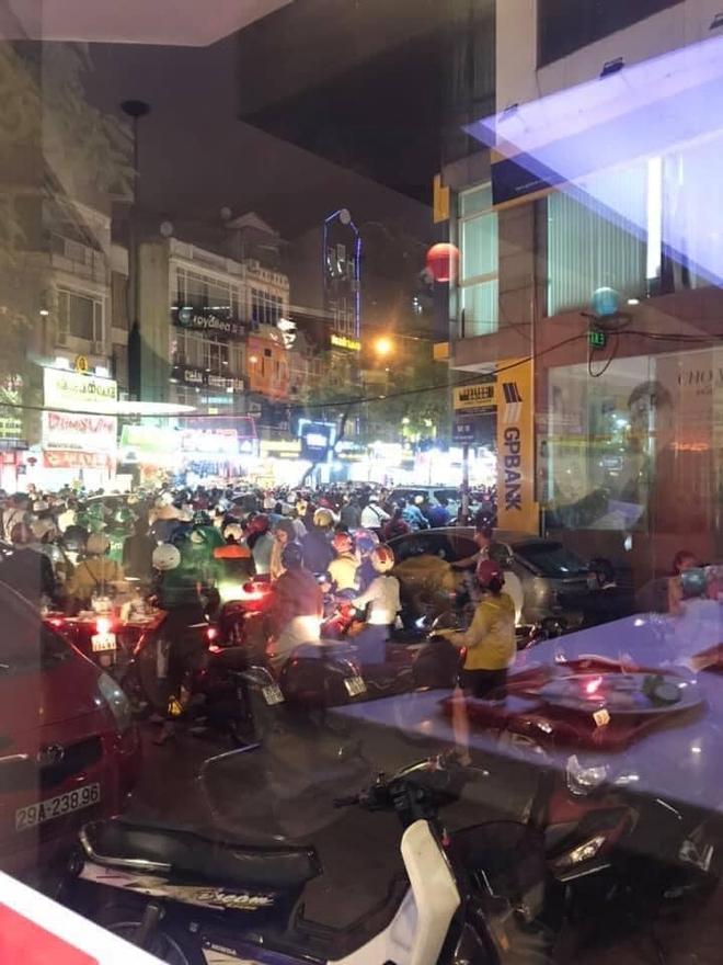 Người dân chôn chân cả tiếng trên phố Hà Nội: Buổi tối thứ 5 kinh hoàng, chật vật về nhà - Ảnh 3.