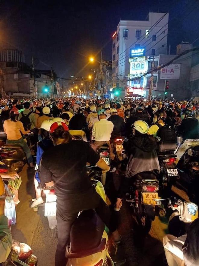 Người dân chôn chân cả tiếng trên phố Hà Nội: Buổi tối thứ 5 kinh hoàng, chật vật về nhà - Ảnh 9.