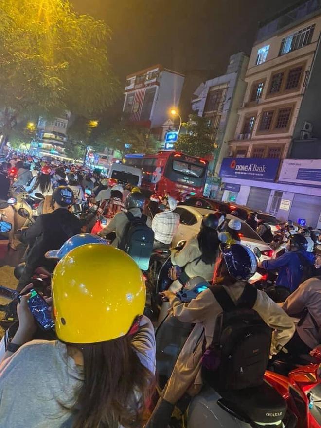 Người dân chôn chân cả tiếng trên phố Hà Nội: Buổi tối thứ 5 kinh hoàng, chật vật về nhà - Ảnh 6.