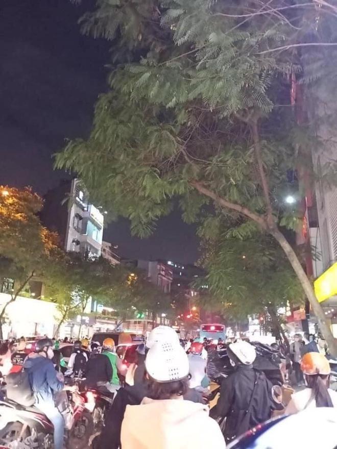 Người dân chôn chân cả tiếng trên phố Hà Nội: Buổi tối thứ 5 kinh hoàng, chật vật về nhà - Ảnh 7.