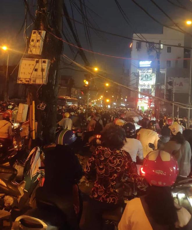 Người dân chôn chân cả tiếng trên phố Hà Nội: Buổi tối thứ 5 kinh hoàng, chật vật về nhà - Ảnh 8.