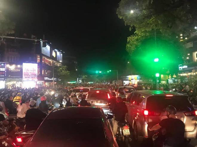 Người dân chôn chân cả tiếng trên phố Hà Nội: Buổi tối thứ 5 kinh hoàng, chật vật về nhà - Ảnh 10.