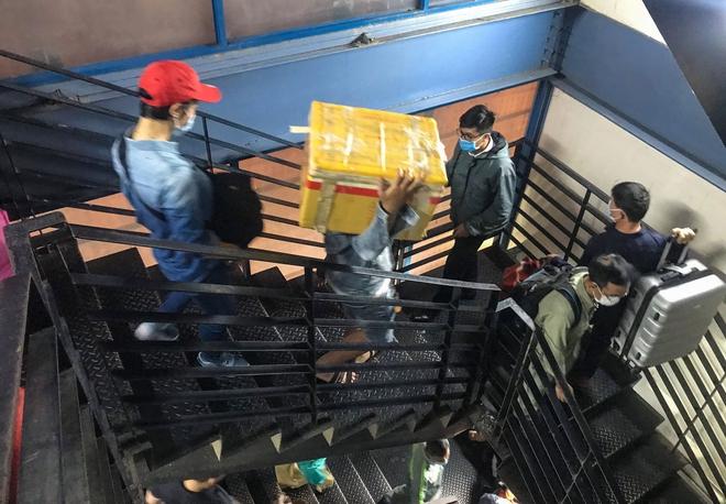 Hành khách thở dốc, vã mồ hôi hột khi vác hành lý 4 tầng để đón xe công nghệ tại Tân Sơn Nhất - Ảnh 7.