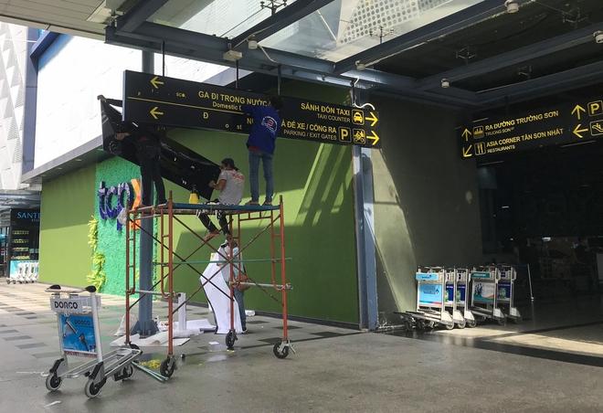 Hành khách thở dốc, vã mồ hôi hột khi vác hành lý 4 tầng để đón xe công nghệ tại Tân Sơn Nhất - Ảnh 3.