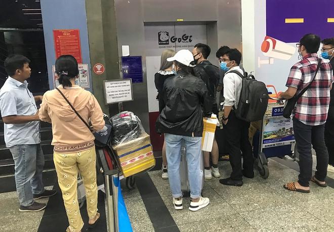 Hành khách thở dốc, vã mồ hôi hột khi vác hành lý 4 tầng để đón xe công nghệ tại Tân Sơn Nhất - Ảnh 5.