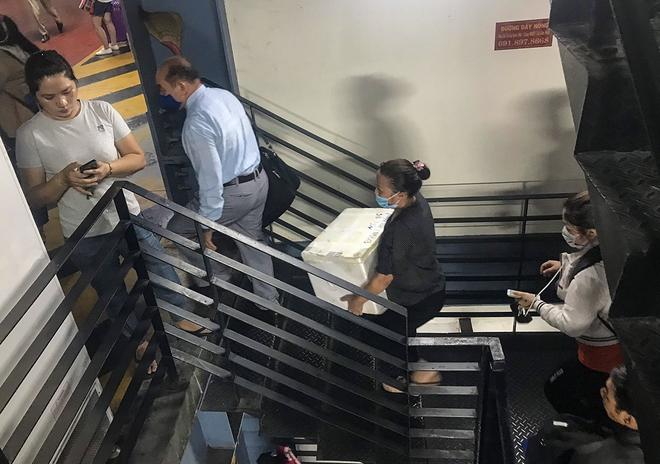 Hành khách thở dốc, vã mồ hôi hột khi vác hành lý 4 tầng để đón xe công nghệ tại Tân Sơn Nhất - Ảnh 10.