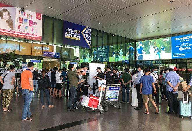 Hành khách thở dốc, vã mồ hôi hột khi vác hành lý 4 tầng để đón xe công nghệ tại Tân Sơn Nhất - Ảnh 2.