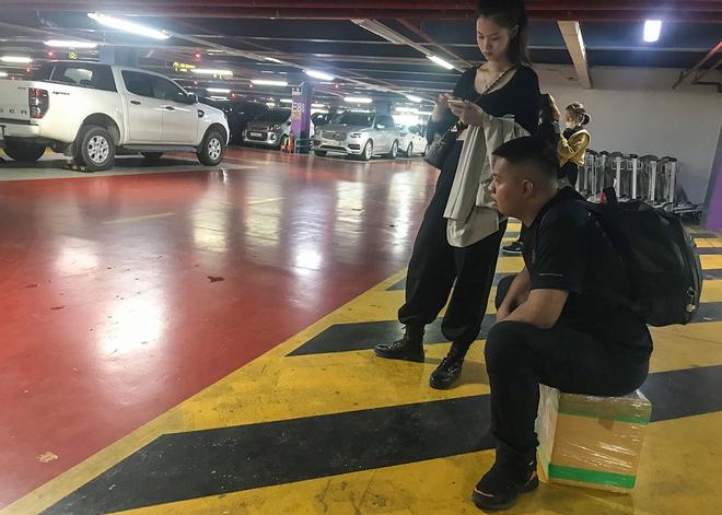 Hành khách thở dốc, vã mồ hôi hột khi vác hành lý 4 tầng để đón xe công nghệ tại Tân Sơn Nhất - Ảnh 13.