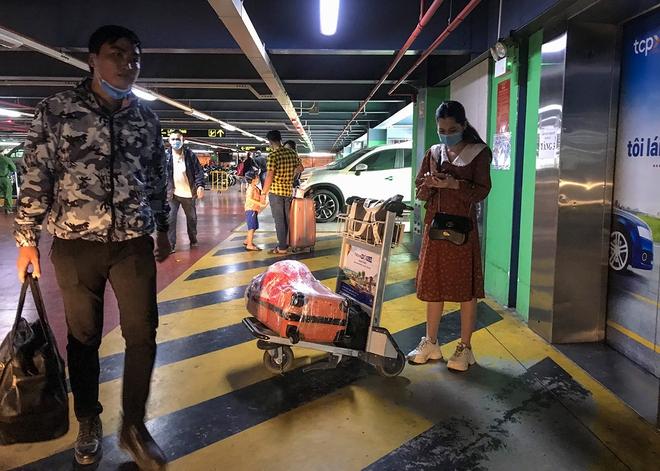 Hành khách thở dốc, vã mồ hôi hột khi vác hành lý 4 tầng để đón xe công nghệ tại Tân Sơn Nhất - Ảnh 12.