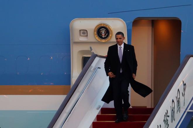 Ông Obama hé lộ chuyến thăm TQ đầy kịch tính: Bị giám sát, phải thay đồ, thậm chí tắm trong bóng tối - Ảnh 1.