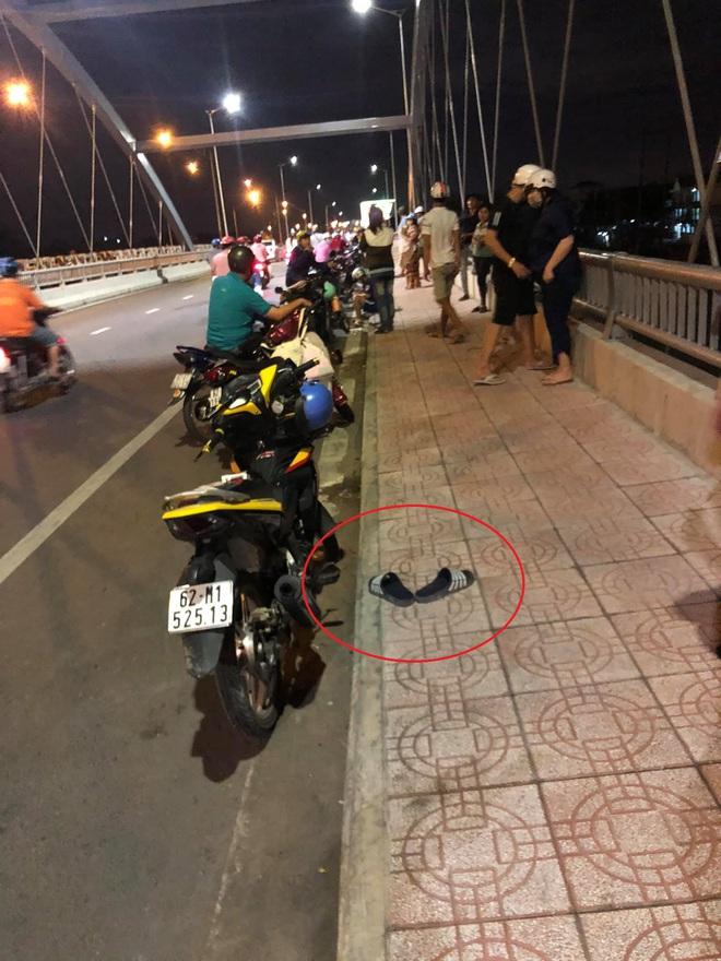 Thanh niên để xe và dép giữa cầu rồi biến mất, tất cả nháo nhác tìm trên sông thì sững người vì cảnh trước mắt - Ảnh 1.