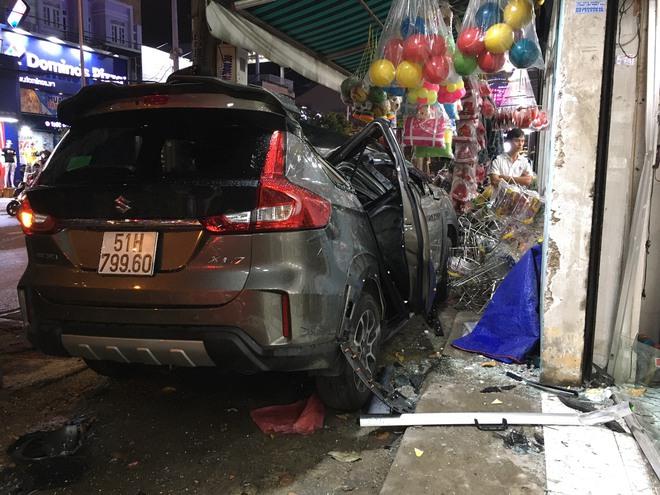 Ô tô điên tông nhiều xe máy trên đường phố Sài Gòn rồi lao vào nhà dân - Ảnh 1.