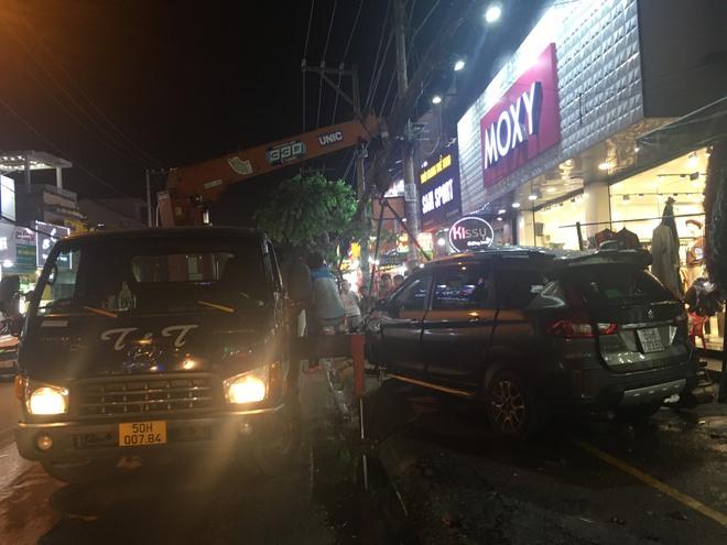Ô tô điên tông nhiều xe máy trên đường phố Sài Gòn rồi lao vào nhà dân - Ảnh 2.