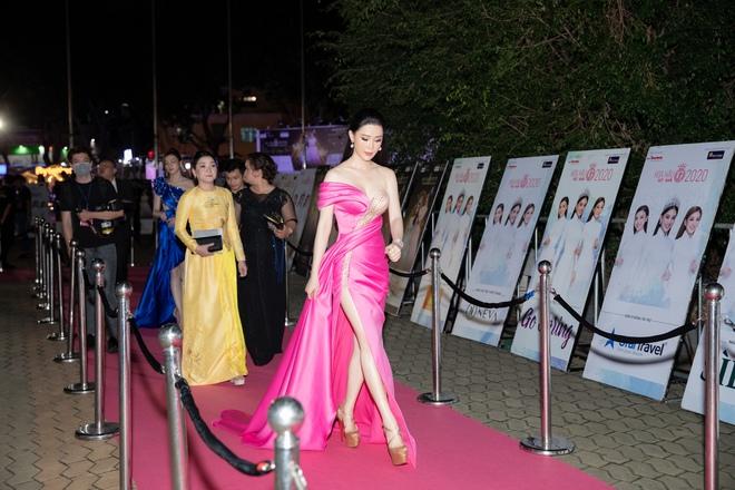 Thái Như Ngọc trao giải Người đẹp Nhân ái, khen mặt mộc Đỗ Thị Hà  - Ảnh 1.