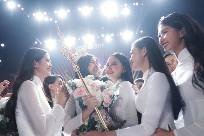 """""""Điểm trừ"""" của tân Hoa hậu Đỗ Thị Hà trong đêm chung kết - Ảnh 1."""
